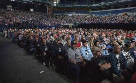 Público acompanha discurso de Trump durante encontro anual da Associação Nacional do Rifle