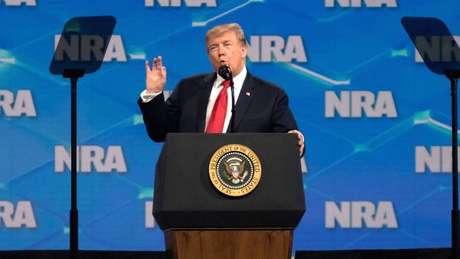 Em associação pró-armas, Donald Trump afirmou que ninguém vai obrigá-lo a entregar a soberania dos Estados Unidos
