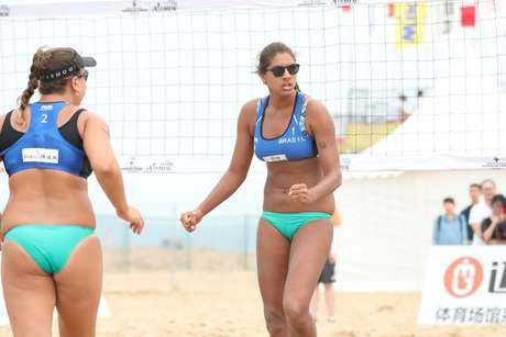 Rebecca e Ana Patrícia comemoram ponto em vitória no Circuito Mundial de Vôlei de Praia.