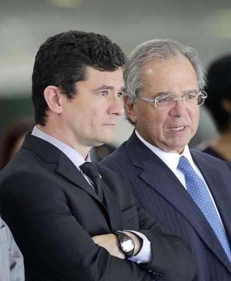 Os Ministros Sérgio Moro, da Justiça, e Paulo Guedes, da Economia, aguardam a chegada do presidente Jair Bolsonaro (PSL) e do presidente do Paraguai, Mario Abdo Benítez, no Palácio do Planalto, em Brasília (DF)