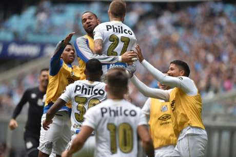 O Santos conquistou um grande resultado ao bater o Grêmio, na Arena, por 2 a 1, na estreia das duas equipes no Brasileirão.