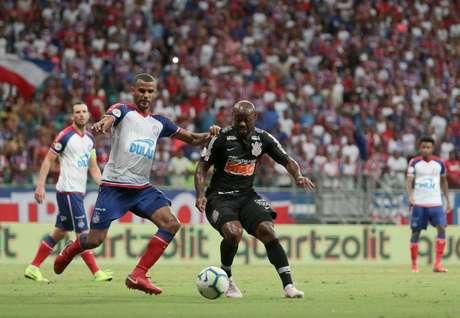 Ernando, jogador do Bahia, Vagner Love, jogador do Corinthians, durante jogo entre Bahia x Corinthians, partida valida pela 1ª do Campeonato Brasileiro 2019