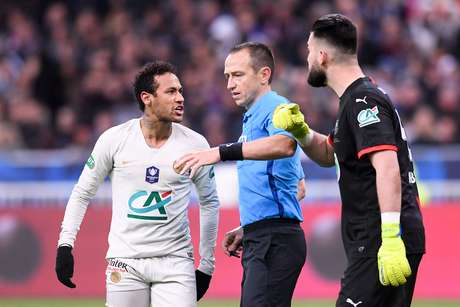 Neymar reclama durante partida entre PSG e Rennes, na final da Copa da França