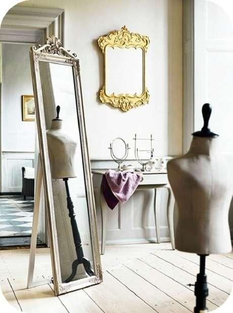 11. É possível usar mais de um modelo de espelho moldura provençal em um mesmo ambiente – Foto: Design & Gaver