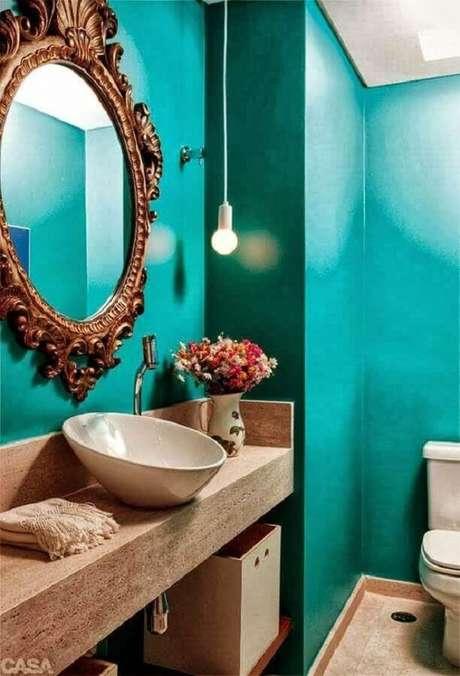 12. Decoração para banheiro com espelho provençal redondo e parede verde – Foto: Casa Decorar