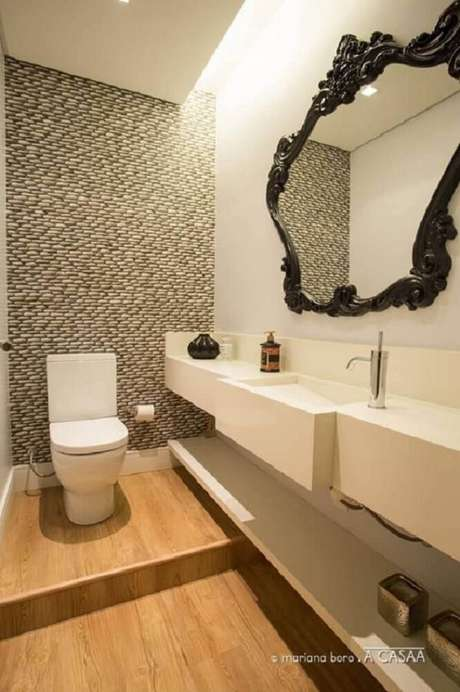 13. Decoração para lavabo moderno com espelho com moldura provençal preta – Foto: A Casaa
