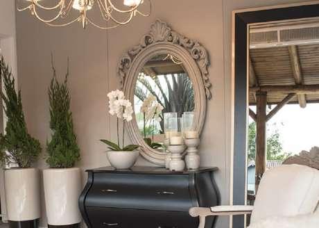 16. O espelho provençal branco é neutro e se encaixa bem em vários ambientes – Foto: Chateau Blanc