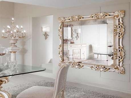 18. Decoração clássica e sofisticada com espelho provençal grande para sala de jantar toda branca com detalhes em dourado – Foto: Menter Architects