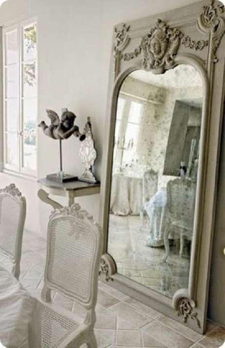 17. Invista no espelho provençal grande para a decoração de ambientes amplos – Foto: Eye For Design