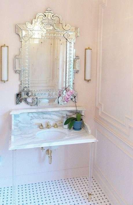 19. Decoração clean e com estilo romântico para banheiro com espelho provençal – Foto: Pinterest