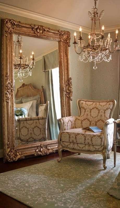 20. Sofisticada decoração clássica para sala com lustre de cristal e espelho provençal grande – Foto: Mirror Ideas