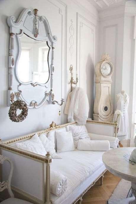 21. Decoração clássica para sala de estar com espelho provençal branco – Foto: Planete Deco