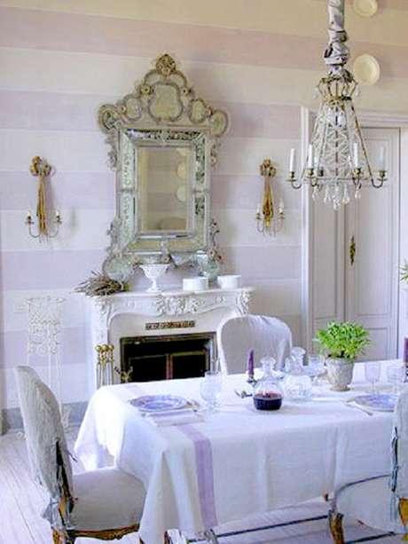 22. Sala de jantar toda branca com decoração clássica com espelho provençal – Foto: Flor de Laranjeira