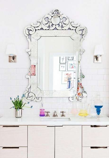 23. Decoração clean para banheiro com espelho provençal – Foto: Dcasas