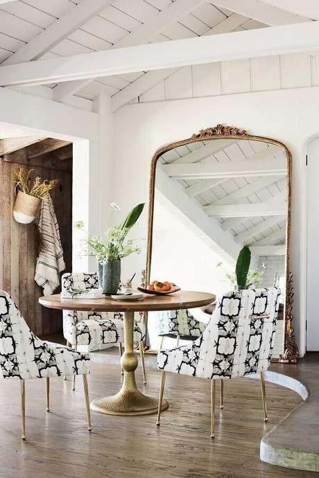 9. Decoração clean com espelho provençal grande para sala de jantar simples – Foto: BYKir Design