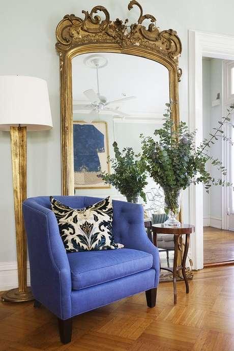 28. Decoração com espelho provençal grande e dourado para sala com poltrona azul – Foto: French Decor