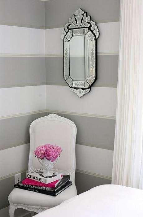 29. Decoração com espelho provençal e papel de parede listrado – Foto: Home Decor