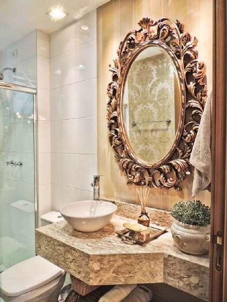 30. Decoração em tons neutros para banheiro com espelho provençal – Foto: Casa Décor e Viagens