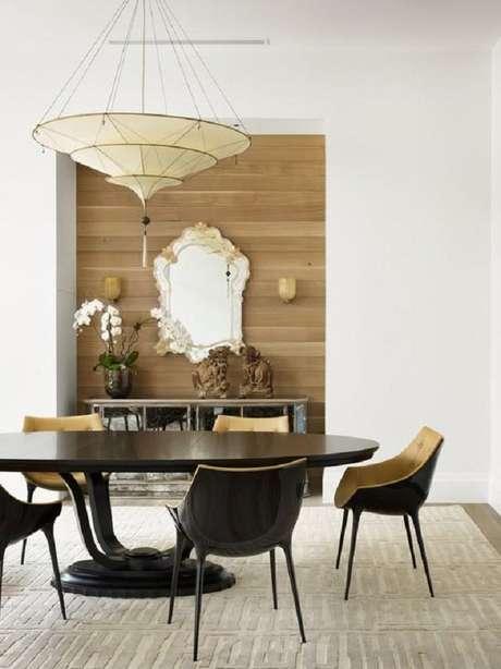 34. Sala de jantar moderna decorada com mesa redonda e espelho provençal – Foto: Pinosy