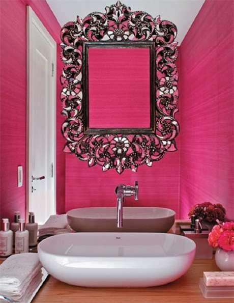 35. Banheiro rosa decorado com espelho moldura provençal – Foto: Eu Capricho