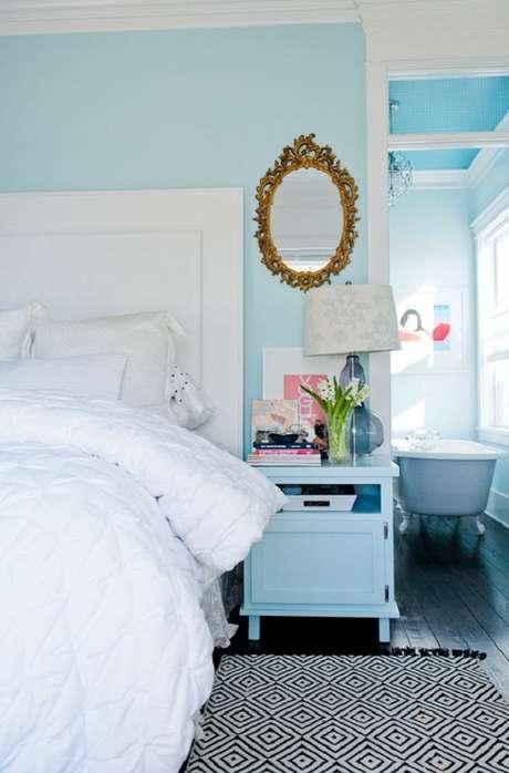 36. Aqui o espelho com moldura provençal dourada ganhou bastante destaque na decoração do quarto azul – Foto: Casinha Arrumada