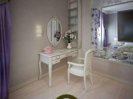 37. Decoração para quarto com penteadeira e espelho provençal branco – Foto: iStock