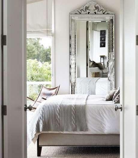 38. Quarto de casal todo branco decorado com espelho provençal grande – Foto: Viver em Casa