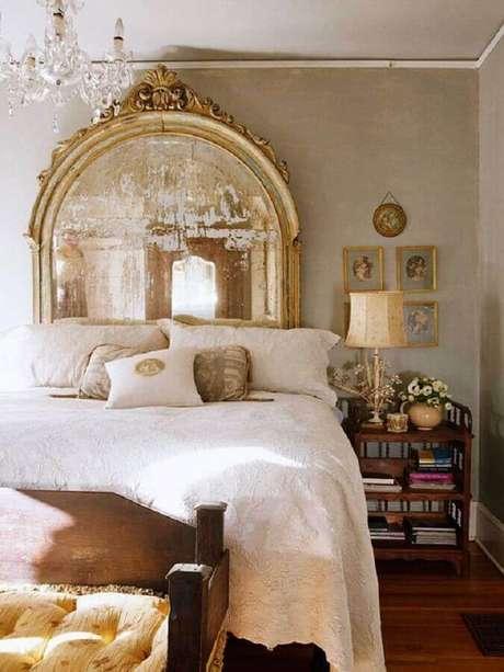 8. Decoração sofisticada com espelho provençal grande em quarto de casal – Foto: Viver em Casa