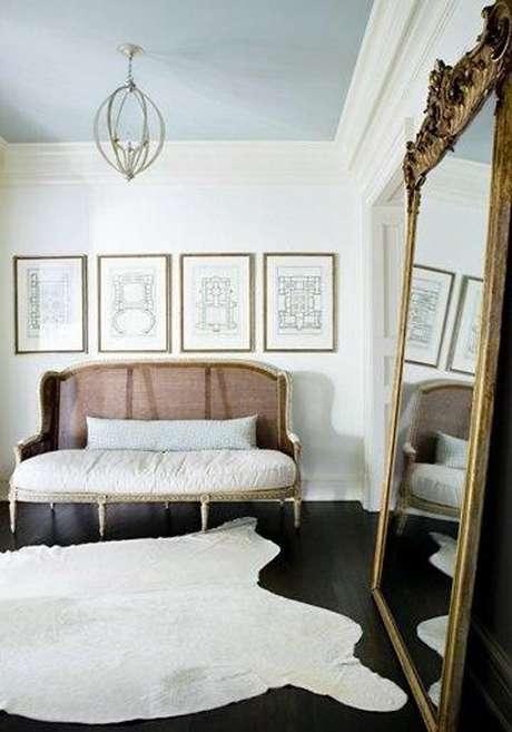 39. Decoração minimalista para sala de estar com espelho provençal grande apoiado na parede – Foto: Triple Max Tons