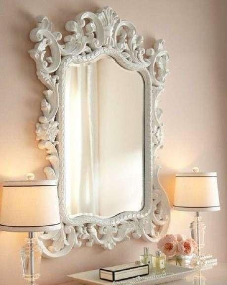40. Decoração romântica com espelho provençal branco – Foto: Louvre Home