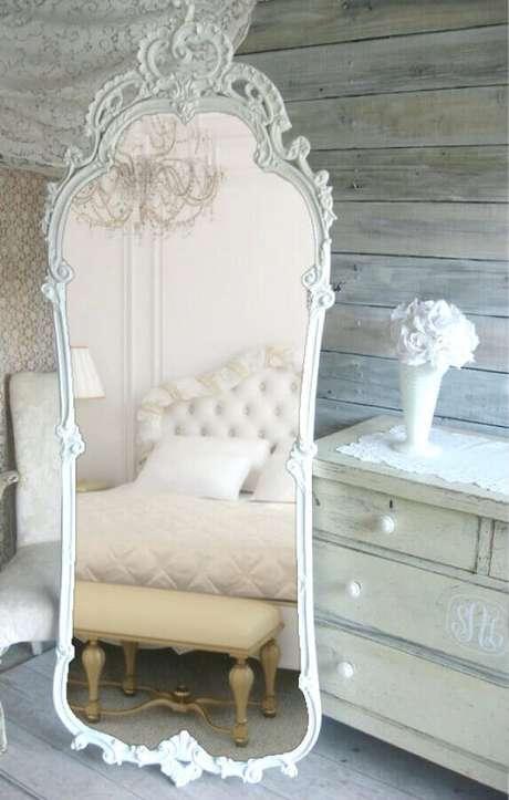 6. Em ambientes menores prefira usar o espelho provençal grande com moldura branca – Foto: Pinosy