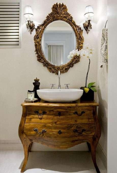 41. Decoração com móveis antigos para banheiro com espelho provençal oval – Foto: Levitra Book