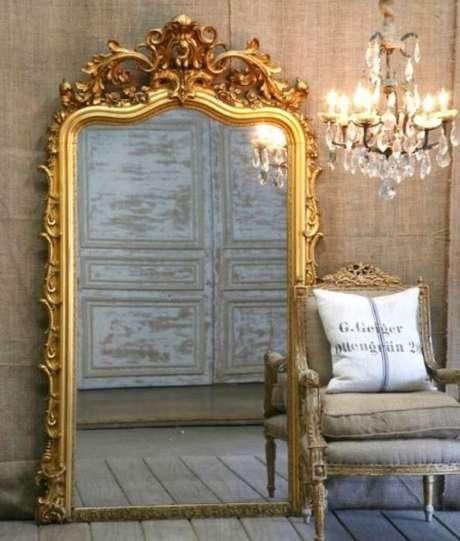 43. O espelho provençal grande com moldura dourada combina muito com decorações mais clássicas – Foto: CasaMaisChic