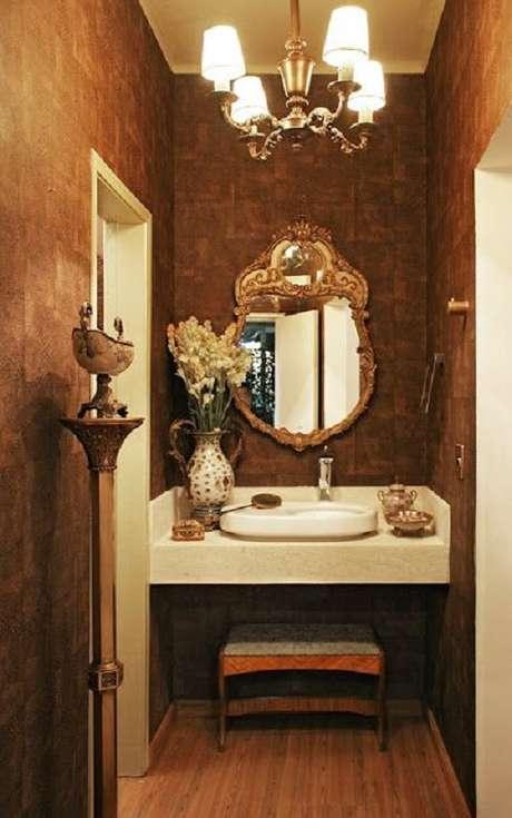 44. Decoração sofisticada para lavabo com espelho moldura provençal dourado – Foto: Chave de Ideias