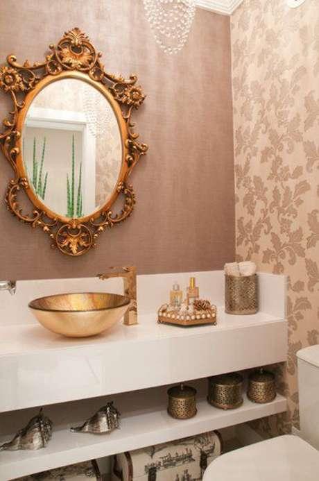 45. Sofisticada decoração para lavabo com papel de parede e espelho com moldura provençal dourada para combinar com cuba também dourada – Foto Casar É …