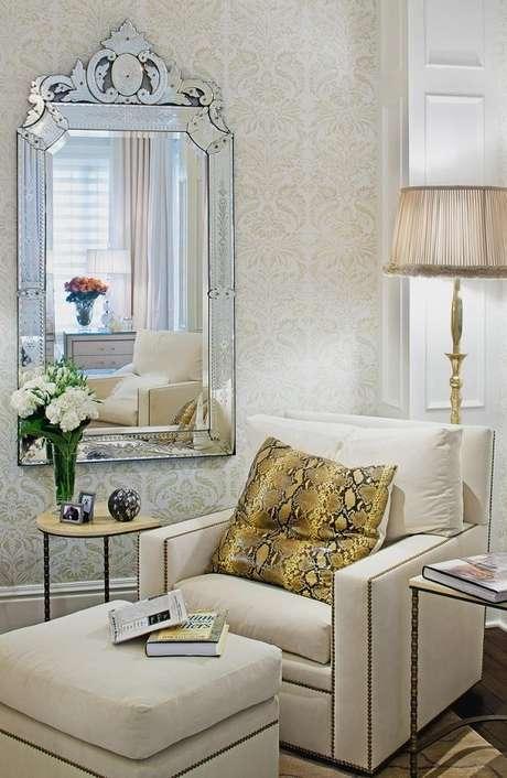 46. Sala de estar sofisticada decorada com papel de parede e espelho provençal – Foto: Eu amo decoração