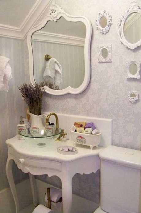 47. O espelho provençal branco é perfeito para ambientes pequenos – Foto: Doce Obra