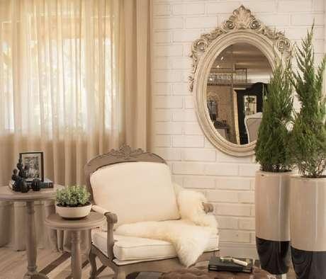 51. Espelho moldura provençal para sala decoração em tons neutros – Foto: Blog Chateau Blanc