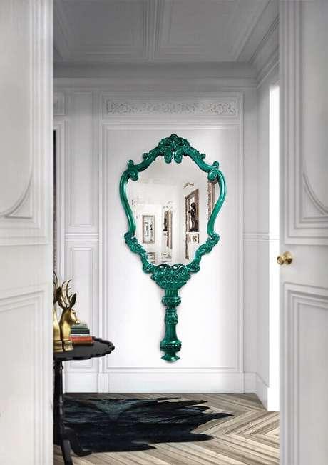 1. O espelho com moldura provençal é sinônimo de ambientes com um estilo mais sofisticado – Foto: Boca do Lobo