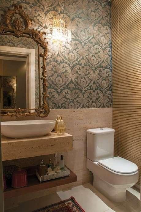 52. Espelho provençal dourado para decoração de lavabo clássico com papel de parede e pequeno lustre de cristal – Foto: Pinterest
