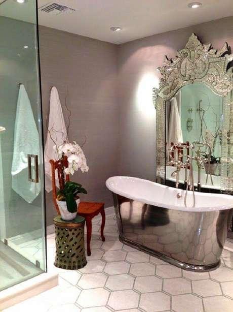 53. Espelho provençal grande para decoração de banheiro com banheira pequena – Foto: Blog de Reforma 3.0