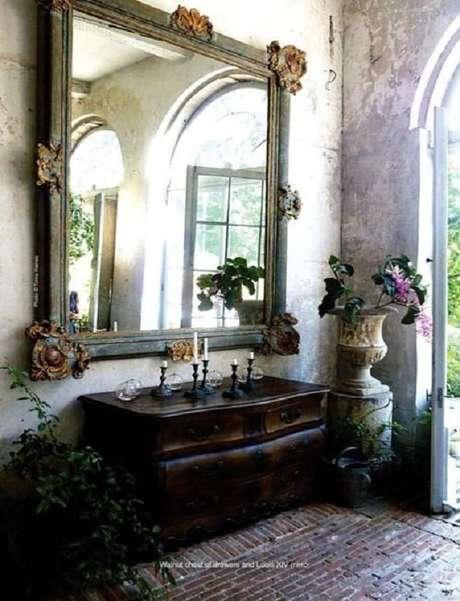 54. Espelho provençal grande para decoração de ambiente rústico – Foto: Pinterest
