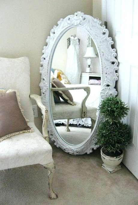 58. Decoração clássica com espelho com moldura provençal oval – Foto: Pinosy