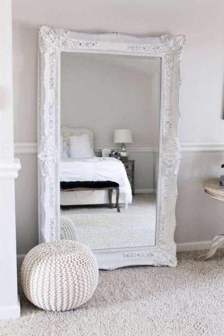 57. Quarto decorado com espelho provençal branco grande – Foto: My Eunoia