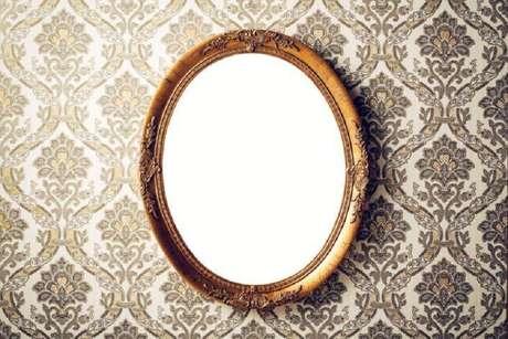 60. O espelho com moldura provençal pode ser encontrado em vários formatos – Foto: iStock