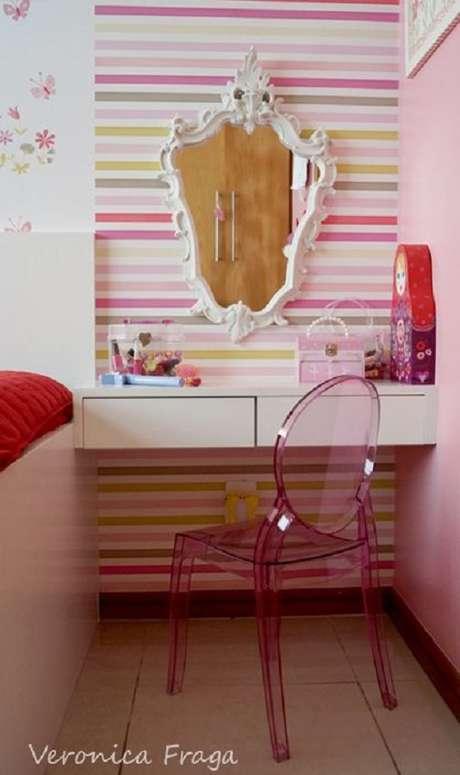 61. Decoração divertida para quarto feminino com papel de parede rosa listrado e espelho provençal branco – Foto: Veronica Fraga