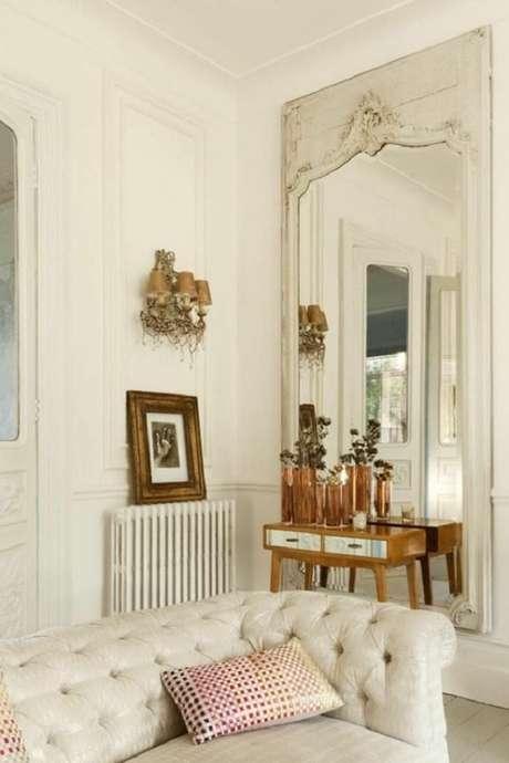64. Sala toda branca decorada com espelho provençal grande – Foto: Desire to Inspire