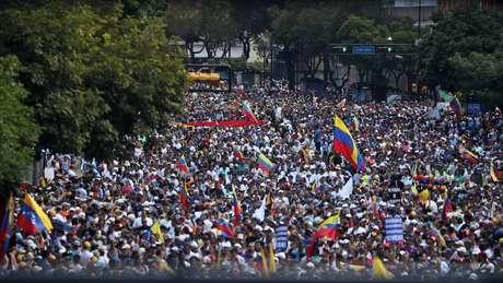 Milhares de venezuelanos têm saído às ruas para protestar contra o governo de Maduro