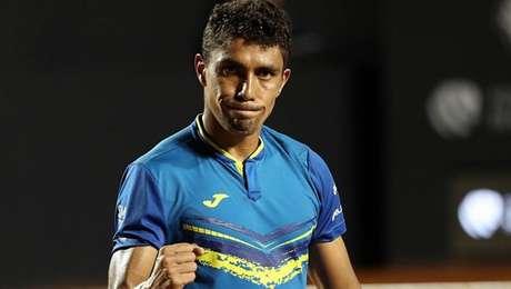 Thiago Monteiro avança com vitória por duplo 6/1