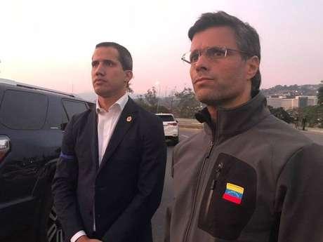 """O líder opositor e autoproclamado presidente interino daVenezuela,Juan Guaidó,anunciou nesta terça-feira, 30, que conta com o apoio de um grupo de militares para restaurar a democracia e """"acabar com a usurpação de poder""""- como os antichavistas se referem ao governo deNicolás Maduro-, em um vídeo gravado de uma base aérea deCaracase publicado nas redes sociais."""